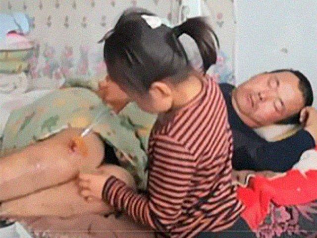 Viral: O fetita de 6 ani isi ingrijeste tatal paralizat, dupa ce mama ei i-a parasit / VIDEO
