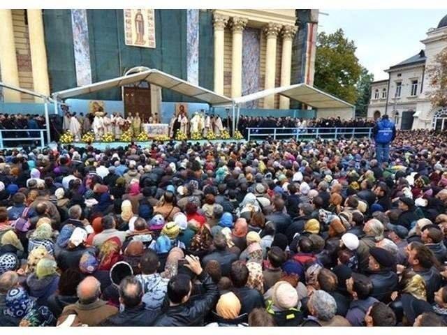 Credinciosi din tara si din strainatate au participat la scoaterea in procesiune a raclei cu moastele Sf. Parascheva