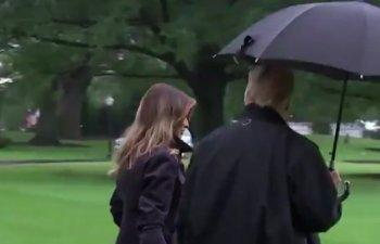 O noua gafa marca Donald Trump: Si-a lasat sotia in ploaie, pastrand umbrela doar pentru sine/ VIDEO