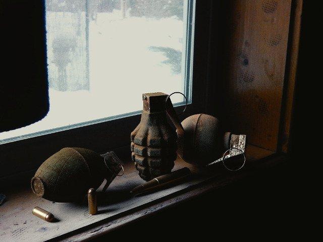 Un elev a adus la scoala o grenada pe care tatal sau o tinea ca bibelou in casa