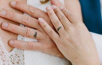 15+ cupluri care au inlocuit verighetele cu tatuaje pe inelar