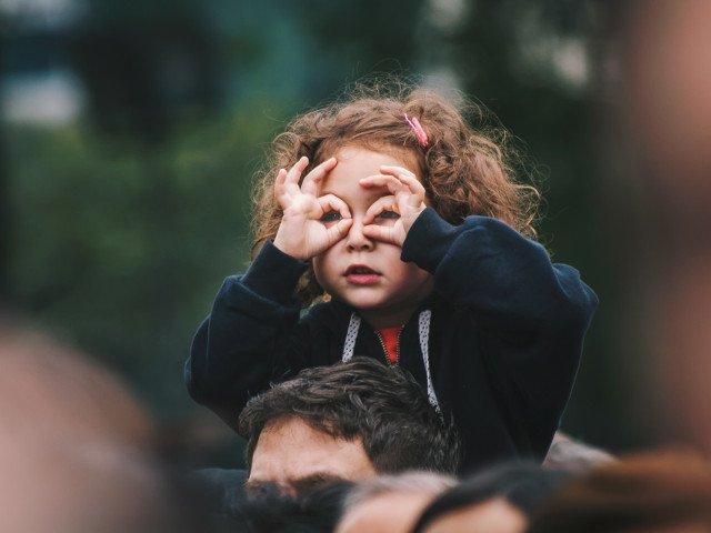 Studiu: Copiii nascuti vara au un risc mai mare de miopie