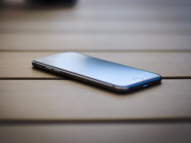 O copila de 13 ani s-a aruncat de la etajul doi dupa o cearta cu parintii in legatura cu telefonul mobil