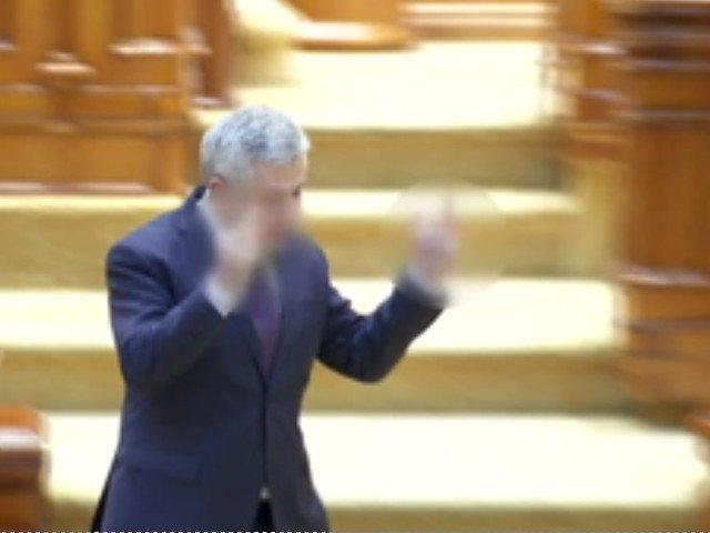 Gest obscen in Parlament. Iordache le-a aratat degetul mijlociu de la ambele maini parlamentarilor din Opozitie/ VIDEO