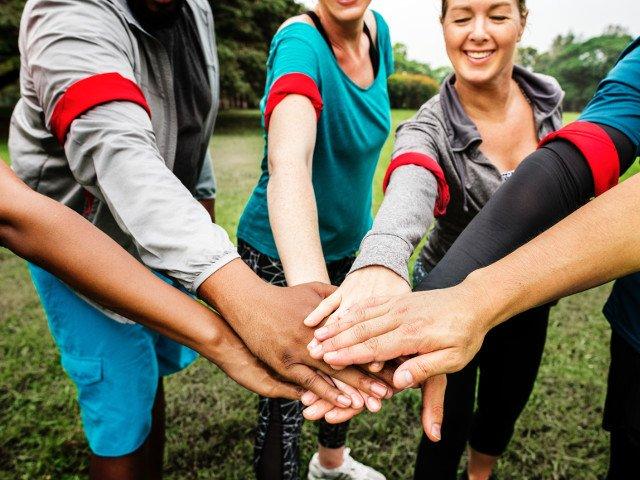 Voluntariatul aduce recompense mai valoroase decat banii: 8 motive pentru a-i ajuta dezinteresat pe cei din jur