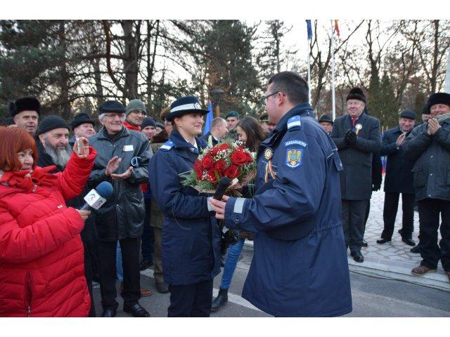 Un jandarm si-a cerut iubita in casatorie la finalul ceremoniilor de Ziua Nationala