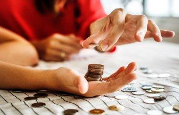 De ce nu e bine sa fluieri in casa: 8 superstitii bizare despre bani