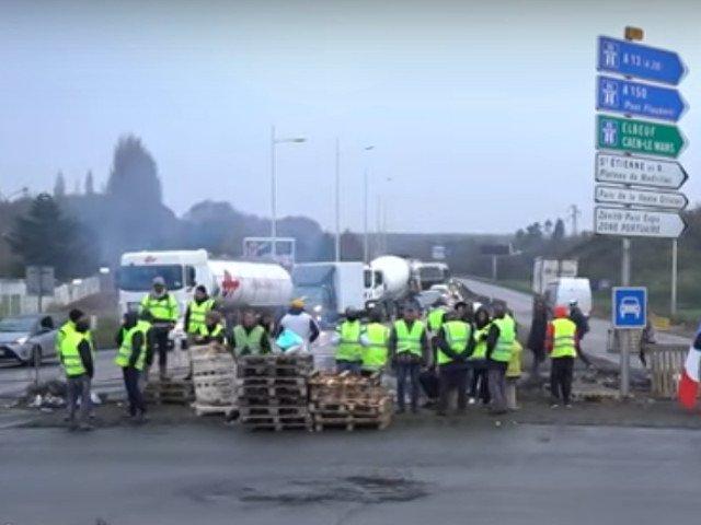 Un sofer roman de camion a fost lovit cu o bucata de lemn in timpul protestelor din Franta
