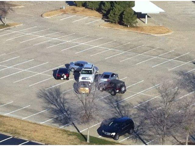 Soferi care sfideaza orice regula: 10+ imagini cu masini parcate total aiurea