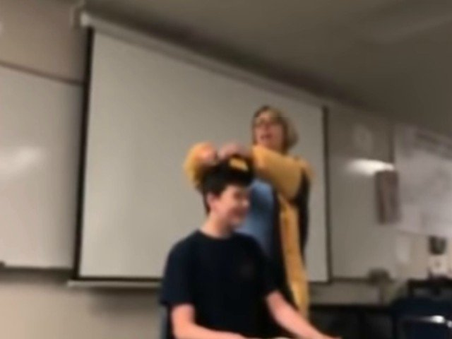 O profesoara a fost arestata pentru ca a tuns fortat un elev, in timp ce fredona imnul Americii / VIDEO