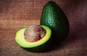 De la tratarea cosurilor la dressing pentru salata. 10 intrebuintari mai putin cunoscute ale uleiului de avocado
