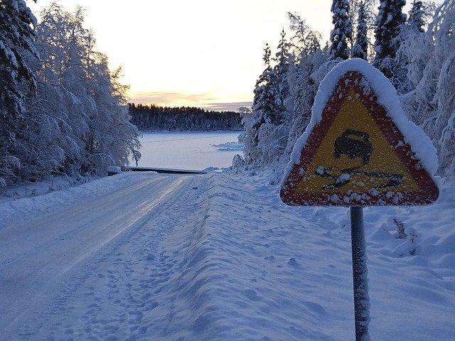 IGSU: 14 judete si 11 drumuri nationale afectate de caderile de zapada