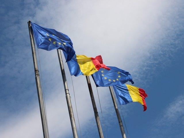 Steagurile Romaniei si UE, precum si logo-ul oficial al presedintiei rotative, proiectate pe cladirea Palatului Victoria