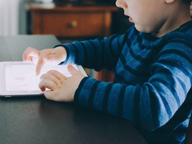 Studiu: Parintii, sfatuiti sa limiteze accesul copiilor la dispozitivele electronice cu o ora inainte de culcare