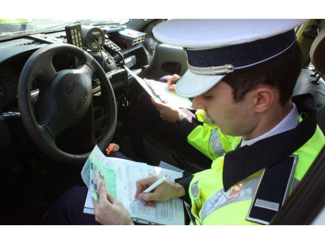 Proiect de lege: soferii care tin telefonul in mana la volan vor primi o amenda de minim 1.300 de lei si vor avea permisul suspendat 30 de zile