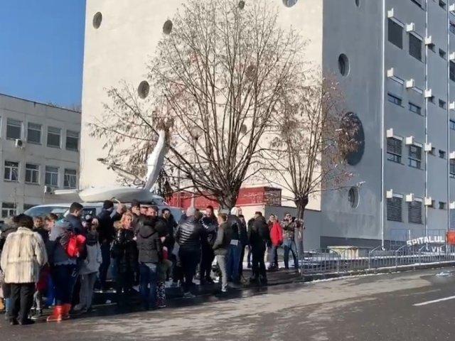Protest la Spitalul Judetean din Valcea dupa ce un copil a intrat in coma. Se cere demisia medicilor de la Pediatrie/ VIDEO