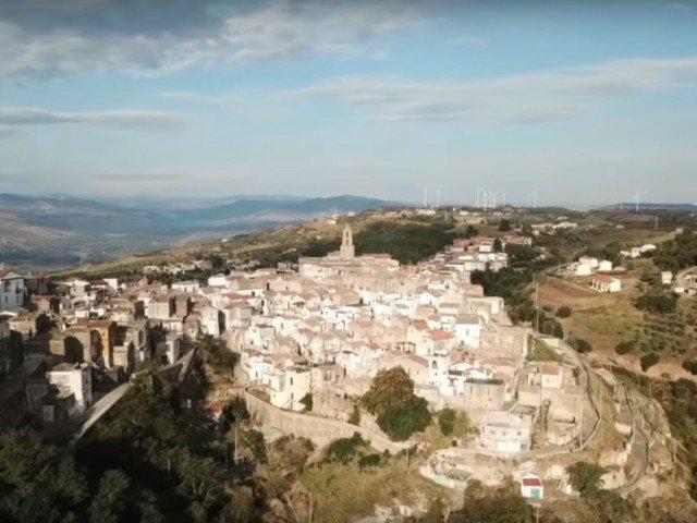 Airbnb te poate trimite sa stai trei luni gratuit intr-un sat italian. Ce conditii trebuie sa indeplinesti