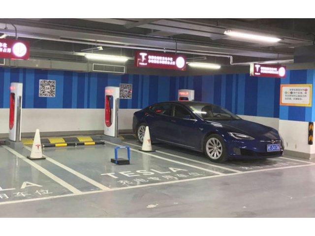 Tesla are o solutie inedita pentru a bloca parcarea masinilor traditionale la statiile de incarcare: sistem de blocare accesat prin smartphone