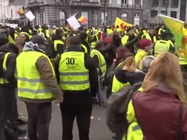 """""""Vestele galbene"""" au manifestat la Paris, in al zecelea weekend consecutiv de proteste"""