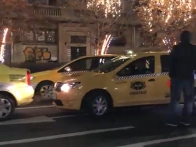 Cateva sute de taximetristi au protestat luni, in centrul Capitalei/ VIDEO