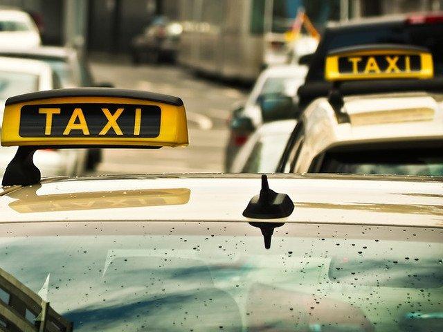 O tanara de 27 de ani a batut un taximetrist si i-a furat masina. Cauza: tariful prea mare/ VIDEO