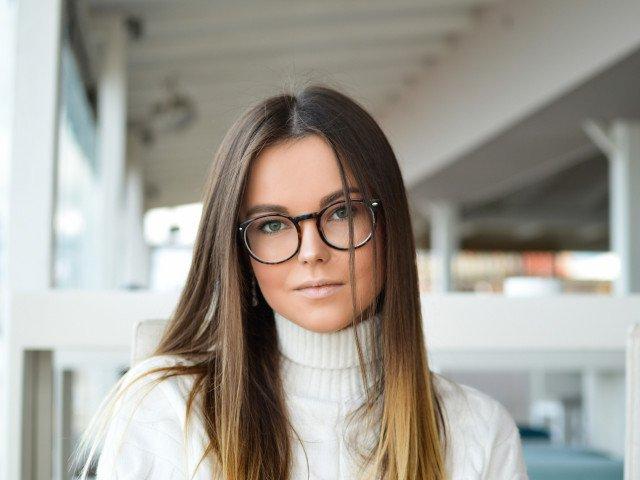 7 trucuri de machiaj la care orice femeie care poarta ochelari ar putea apela
