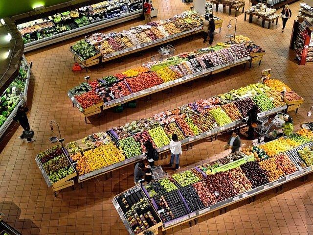 Un politist a fost surprins in timp ce consuma gratis fructe dintr-un supermarket/ VIDEO