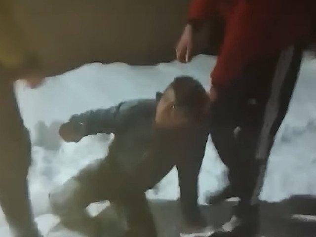 Copil din Botosani, batut si abandonat in zapada/ VIDEO