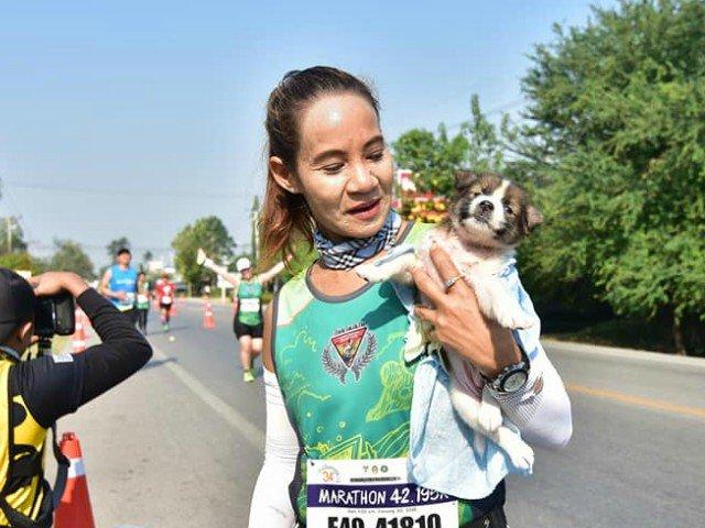O tanara a terminat o cursa cu un caine pe care l-a salvat in timpul maratonului
