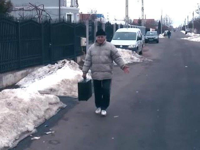 Barbatul care a sustras o valiza criminalistica de la locul unui accident a fost retinut / VIDEO