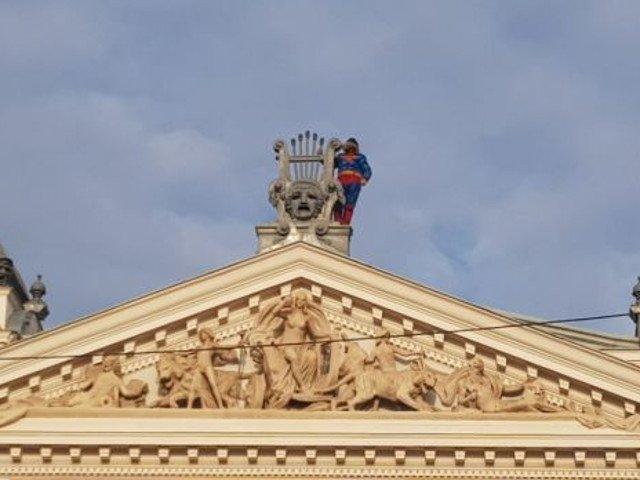 Un fost detinut imbracat in Superman ameninta ca se arunca de pe acoperisul Teatrului  National din Iasi