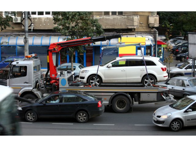 Ridicarea masinilor parcate neregulamentar in Bucuresti ar putea incepe in primavara: taxa pentru recuperare este de 500 de lei