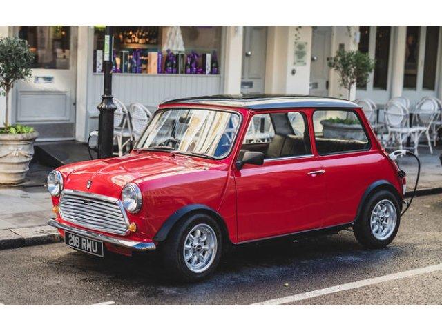 Tehnologii moderne impachetate in forme clasice: o companiei britanica a prezentat Swind E Classic Mini, un vehicul electric disponibil in doar 100 de unitati