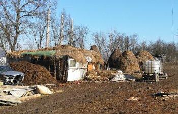 O familie nevoiasa a primit o casa cumparata cu banii stransi de preotul dintr-un sat din Hunedoara