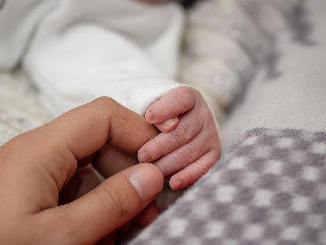 Un bebelus care cantarea 268 g la nastere a ajuns acasa sanatos dupa 6 luni