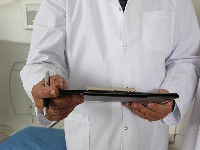 Un medic din Carei i-a restituit plicul cu bani unei batrane: Credeti-ma, eu sunt platit pentru munca mea