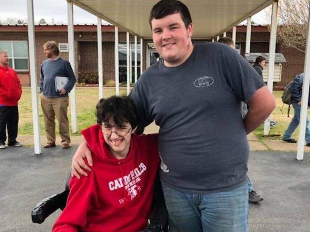 Un adolescent a economisit bani timp de doi ani pentru a-i cumpara un scaun cu rotile celui mai bun prieten