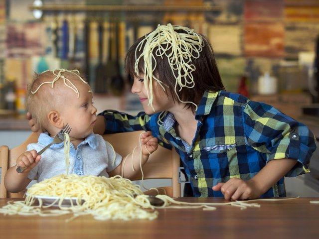 """Copiii iubesc dezordinea? 10 imagini care surprind ce se intampla, de fapt, cand fratii sunt lasati """"sa se joace"""""""