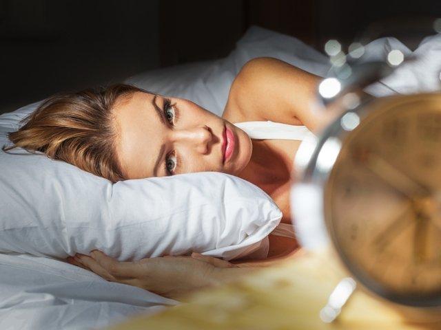 """Insomniile se pot """"trata"""". 10+ trucuri practice care te ajuta sa ai un somn odihnitor si sa adormi mai usor"""
