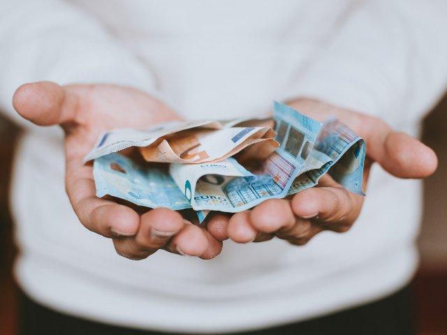 Un anonim a lasat plicuri cu bani in cutiile postale dintr-un sat, in Spania