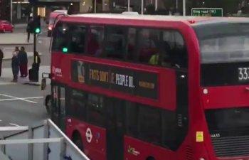 Afisele ce proclama nevinovatia lui Michael Jackson vor fi indepartate de pe autobuzele din Londra
