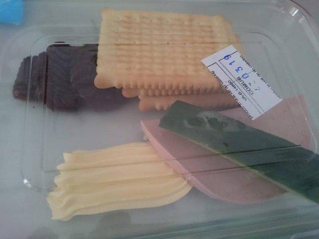 Masa primita de o pacienta, la un spital din Bucuresti: o jumatate de felie de parizer, un sfert de castravete, trei biscuiti si margarina