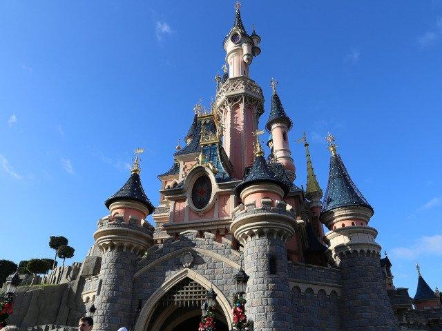 Zgomote suspecte, descrise de unii vizitatori ca fiind focuri de arma, au provocat panica in parcul de distractii Disneyland Paris
