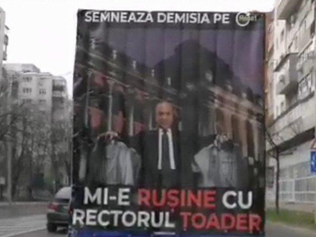 """Un camion pe care scrie """"Mi-e rusine cu rectorul Toader"""" circula pe strazile din Iasi/ VIDEO"""