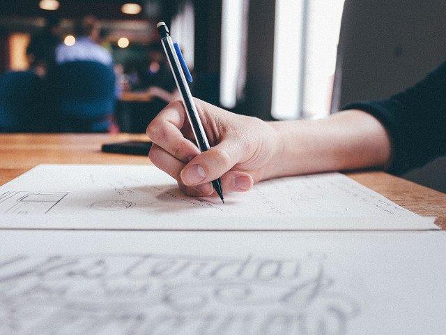 O profesoara, acuzata ca si-a obligat studentii sa redacteze o lucrare pentru fiica sa