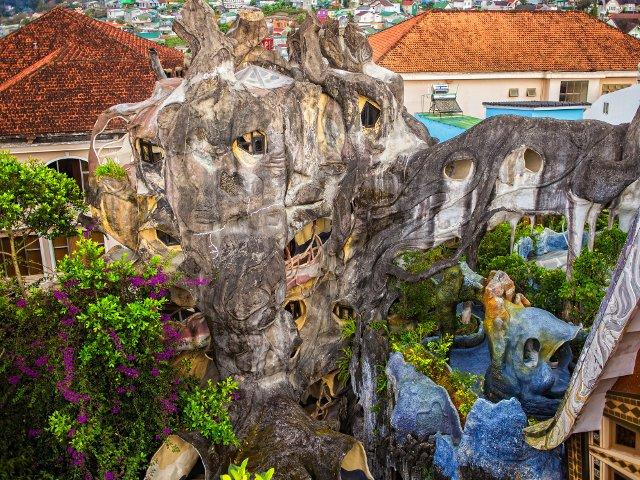 """10 motive pentru care """"Casa Nebuna"""" din Vietnam e considerata una dintre cele mai bizare constructii din lume"""