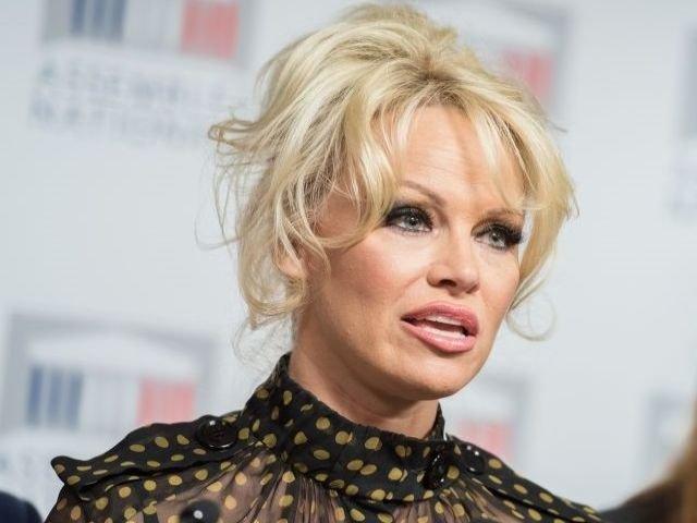 """Pamela Anderson, revoltata de arestarea lui Julian Assange, pe care il considera """"un erou"""""""