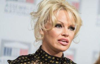 Pamela Anderson, revoltata de arestarea lui Julian Assange, pe care il considera