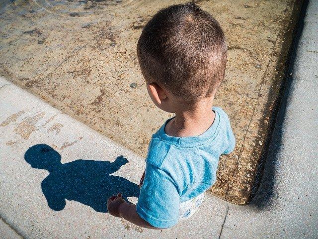 Un copil de 3 ani a murit dupa ce a cazut in fosa septica, la gradinita