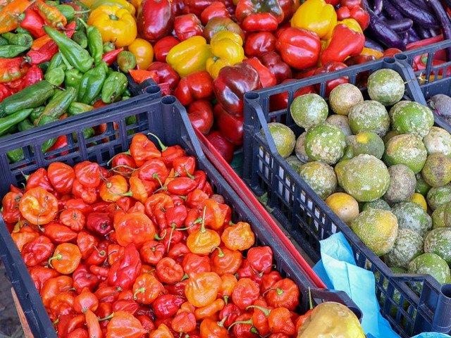 """""""Operatiunea Demetra"""": Sute de camioane incarcate cu fructe si legume asteapta zeci de ore angajatii ANAF, care nu fac fata"""